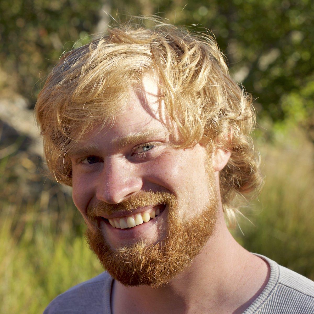 Bezauberndes Lächeln von Vin in schöner Natur, Permakultur Pionier im Alentejo, Portugal